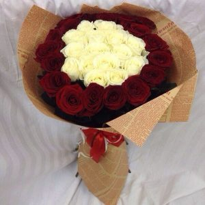 Букет из 35 красно-белых роз