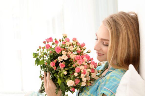Какие цветы подарить девушке на Новый год