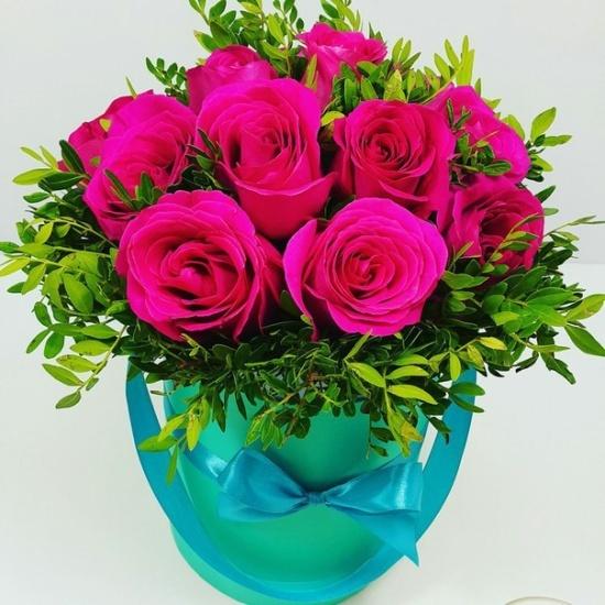 букет из 15 розовых роз с папоротником