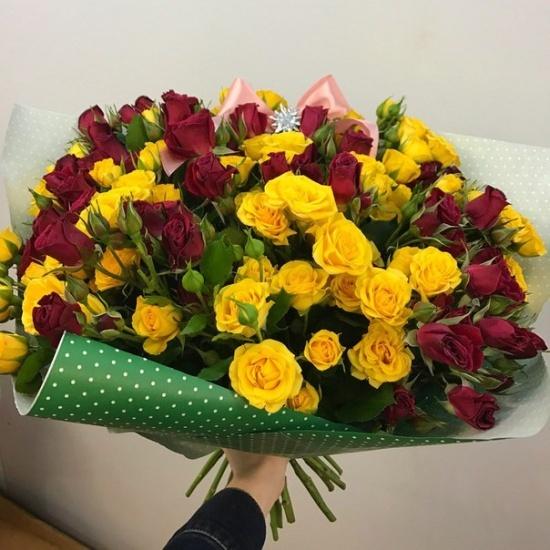 букет из 15 красно-желтых кустовых роз