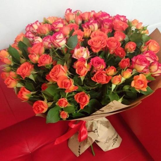 букет из 19 красных кустовых роз