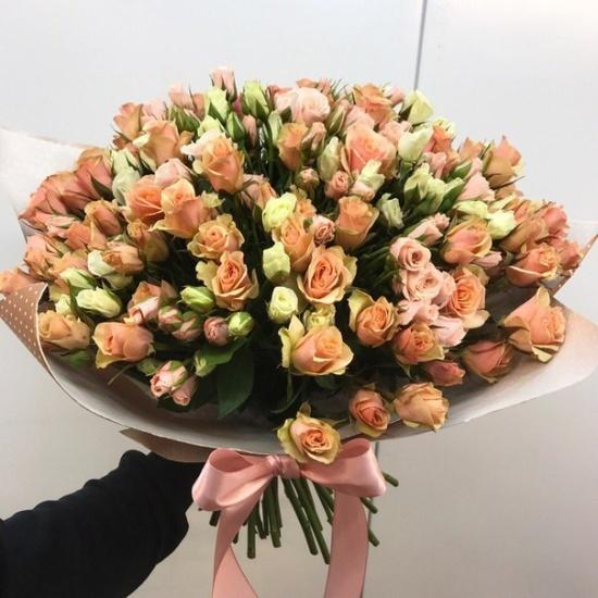букет из 19 кустовых роз нежного цвета