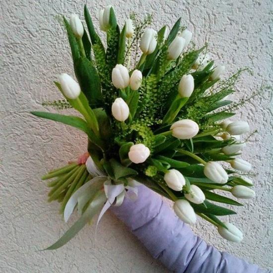 Букет из 31 белого тюльпана с папоротником